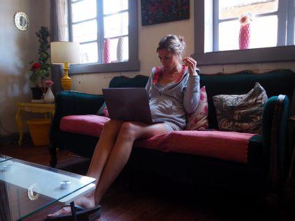 Elise en train de travailler sur le blog