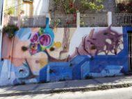 Fresque à Valparaiso, qui intègre dans sa composition des éléments physiques du murs (les petites touffes d'herbes sont réelles !)