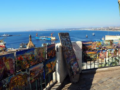 Expo d'artistes à Valparaiso, avec vue sur le port
