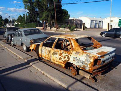 Ici les voitures brulées sont laissées à l'abandon sur la route...