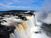 Vue d'en haut des chutes, coté Brésilien. En face, on voit les chutes du coté Argentin