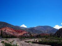 A l'arrivée de Purmamarca, déjà nous voyons la montagne aux 7 couleurs