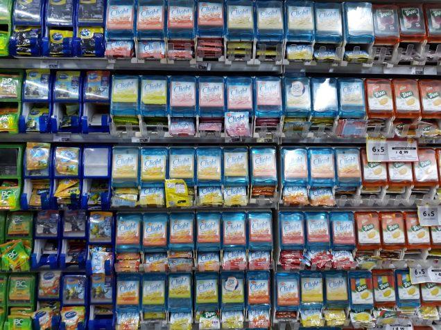 """Des sachets de poudre por """"jus de fruits"""" dans un supermarché"""