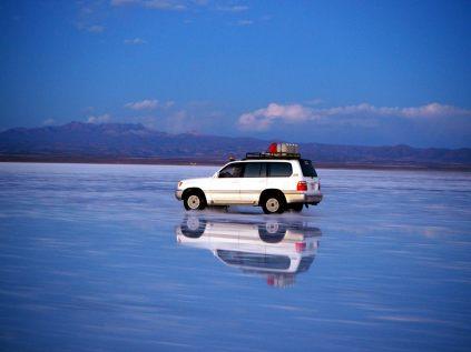 Une des nombreuses Jeep arpentant le salar d'Uyuni