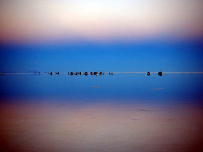 Les Jeep à l'horizon du salar d'Uyuni