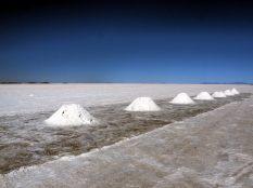 Le salar est aussi exploité pour son sel, bien qu'il ne soit pas comestible