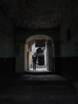 Julien explore une arrière-cour, La Paz