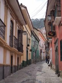 Une ruelle pavée remplie de façades colorées dans la vieille ville, La Paz