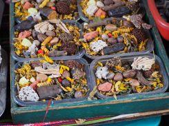 """Barquettes remplies d'herbes diverses, au """"marché des sorcières"""" à La Paz"""
