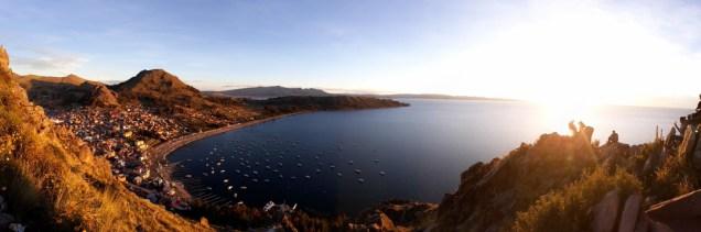 Coucher de soleil sur la ville de Copacabana sur les bords du lac Titicaca