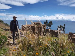 Julien devant des ruines Inca sur l'Isla de la Luna, lac Titicaca