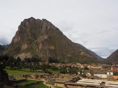 Site archéologique Inca de Ollantaytambo. Vue sur le village. Sur la colline, des constructions Inca