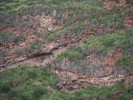 Site archéologique Inca de Pisac. Les trous dans la roche sont des sépultures