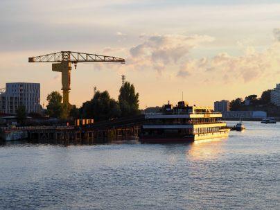 Nantes, coucher de soleil sur l'ile et la grue jaune