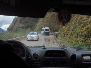 Eboulis sur la route (à ce stade encore goudronnée)