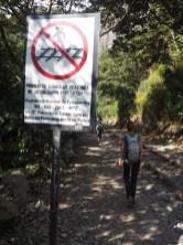 Suivre une voie ferrée en activité comporte des risques... et c'est visiblement interdit !
