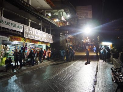 La queue au petit matin pour prendre le premier bus en direction du site du Macchu Picchu