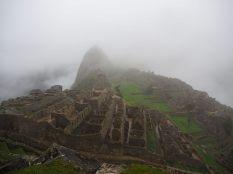 Premières vues sur le site du Machu Picchu, dans les nuages