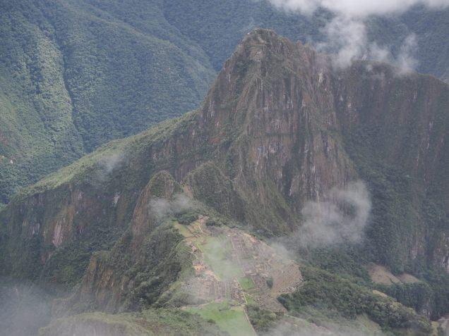 Vue sur le site du Machu Picchu depuis la Montana (et le pic Huayna Picchu derrière)