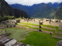 Vue sur la place principale de la partie urbaine du Machu Picchu