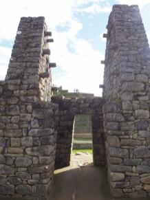 Structures élaborées (éléments de fixation de la charpente) dans la zone urbaine du Machu Picchu