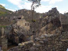 Vue sur le temple du condor, où la maçonnerie a été adaptée au rocher existant
