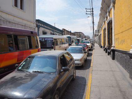 Dans les rues d'Arequipa, des files de voitures et de minibus