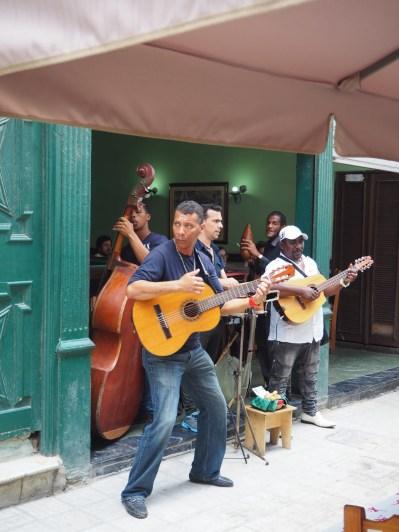 Groupe de musiciens dans les rues de la Havane