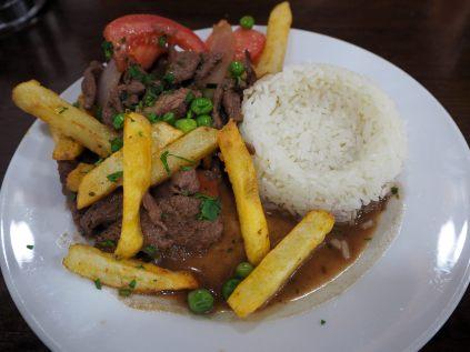 Lomo Saltado : Filet de bœuf coupé en petites lamelles, sautées avec des oignons, des tomates, piment et d'autres épices. Plat généralement servi avec des frites et du riz
