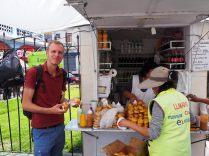 Julien sur un stand de nourriture proche d'un marché, Arequipa