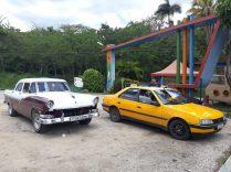 Différents moyens de locomotions pour les touristes : la voiture de collection ou le collectivo