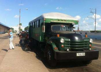 Most Cubans living in villages move to the cities by these trucks, with no minimum security / Photo: Raquel Perez.
