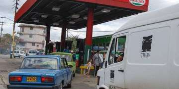 Gas stations sell thousands of liters of fuel in the black market / Photo: Raquel Perez.