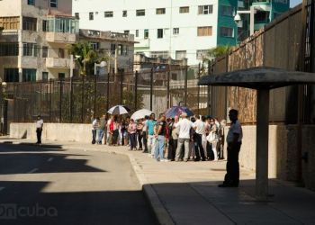 The U.S. embassy in Havana suspended the issuing of visas to Cubans. Photo: Alain L. Gutiérrez.