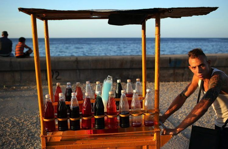 Street vendor in Havana. Photo: EFE.