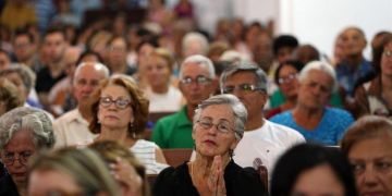 Dozens of persons attend a mass held on Tuesday May 22, 2018 in the city of Holguín's Cathedral to pay homage to the persons who died in last Friday's plane crash in Havana. Photo: Alejandro Ernesto / EFE.