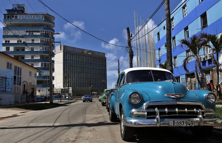 In the background, the U.S. embassy in Havana. Photo: Alejandro Ernesto / EFE.