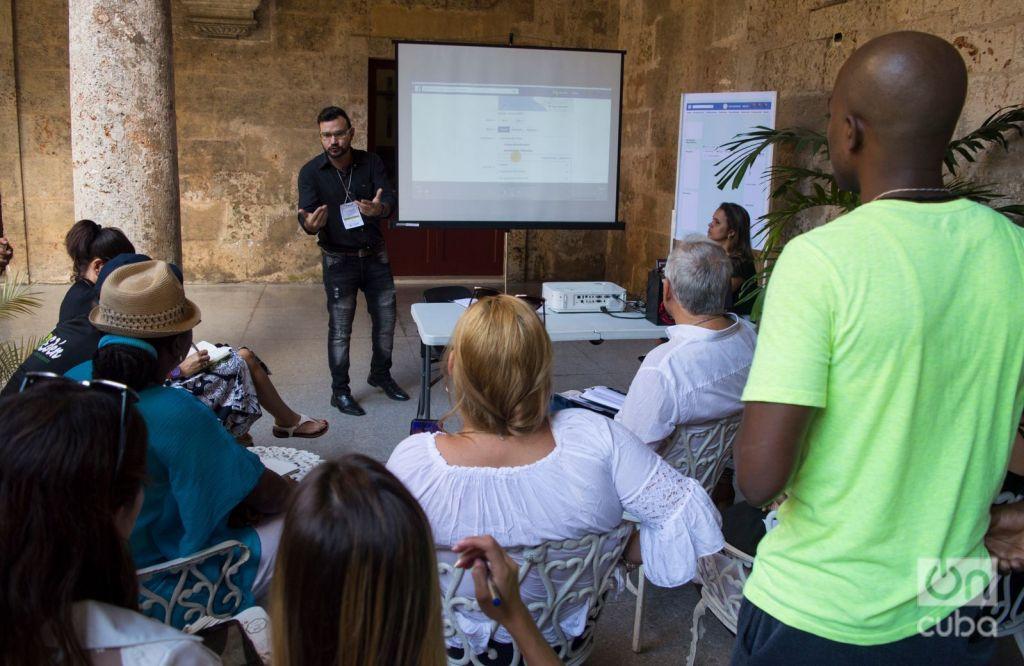 Dayron José Avello (center, facing front) in a group dynamic in the November of Entrepreneurs event. Photo: Otmaro Rodríguez.