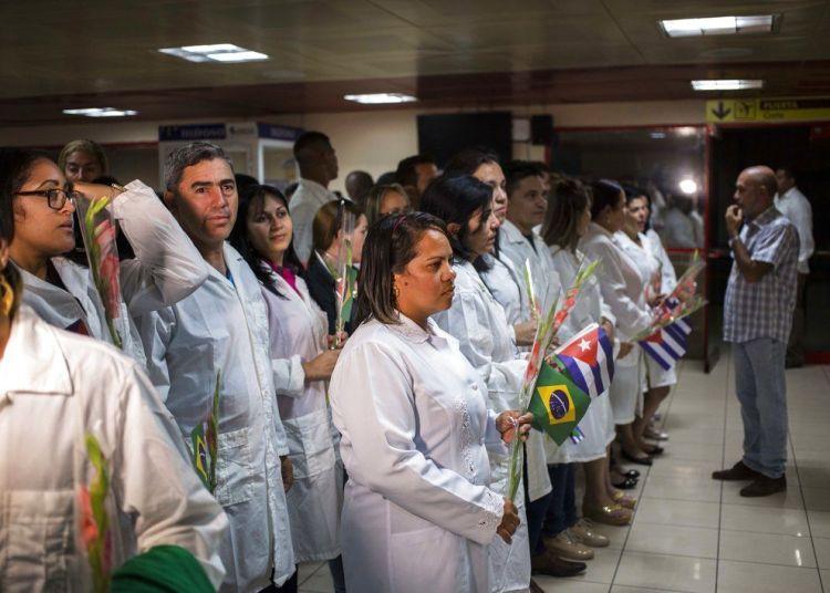 Cuban doctors waiting to meet with Cuban President Miguel Díaz-Canel, after landing in Havana on Friday, November 23, 2018. Photo: Desmond Boylan / AP.