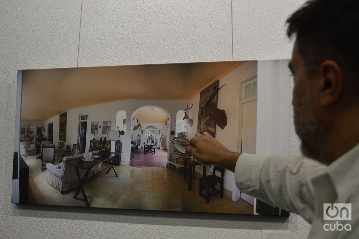 Fernández explains how he took his photographs at Finca Vigía. Photo: Marita Pérez Díaz.