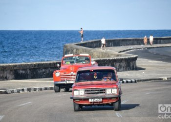 Cars traveling along the Malecón seaside avenue in Havana. Photo: Kaloian.