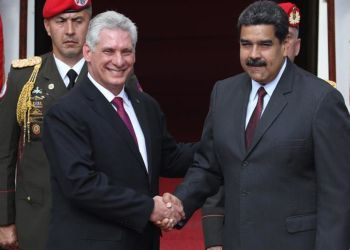 The presidents of Cuba and Venezuela, Miguel Díaz-Canel and Nicolás Maduro, greet each other during the official visit of the island's president to the South American country, in June 2018. Photo: Miguel Gutiérrez / EFE / Archive.