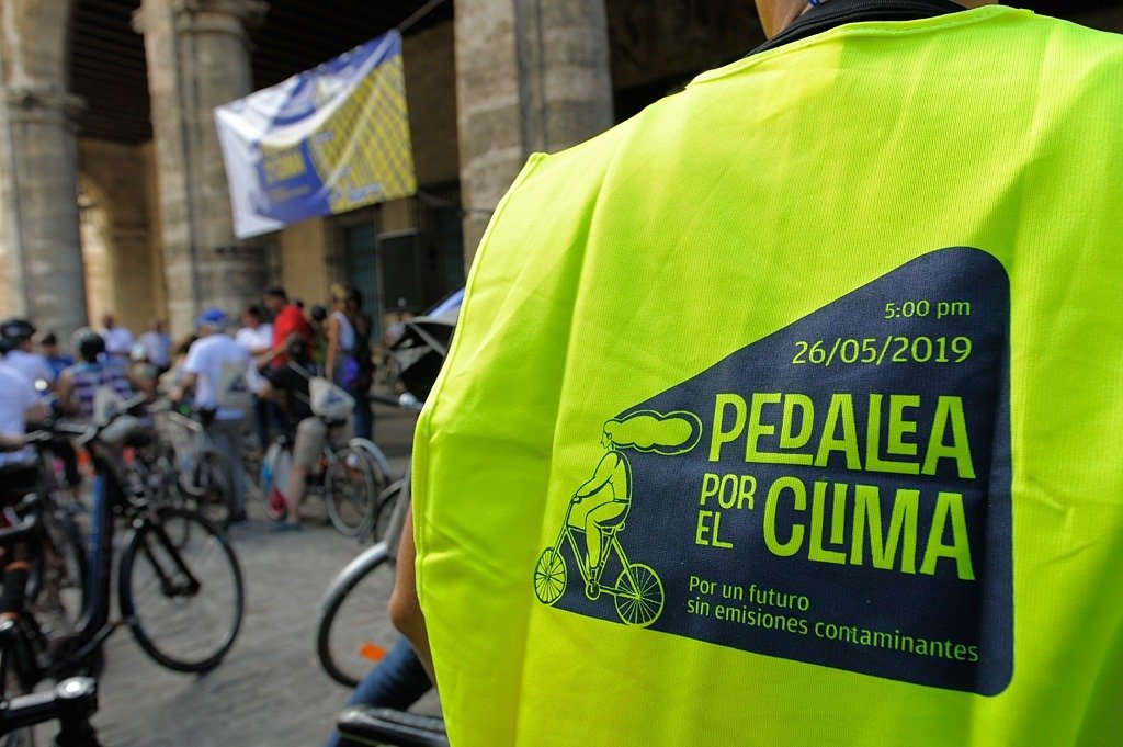 Pedaling against climate change. Photo: Néstor Martí.