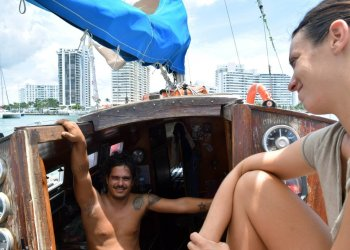 Cuban David Berenguer and his girlfriend, Spaniard Lara Gandía, aboard their sailboat Lourdes-Emyca. Photo: Jorge Ignacio Pérez / EFE.
