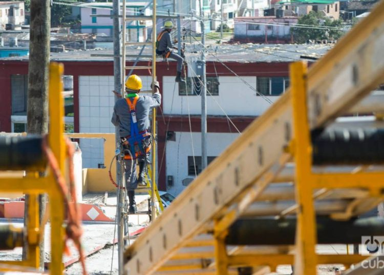 Electrical rehabilitation works in the municipality of Regla, in Havana, after the January 28, 2019 tornado. Photo: Otmaro Rodríguez.