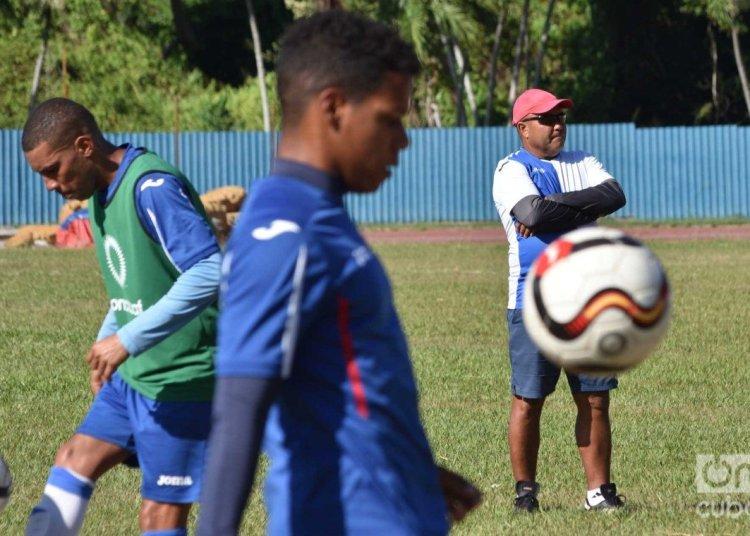 Cuban soccer team's training for the 2019 Gold Cup. Behind, coach Raúl Mederos. Photo: Otmaro Rodríguez.