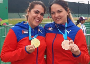 Laina Pérez, winner of the gold medal in the 10-meter air gun event, and Sheyla González, bronze medalist. Photo: István Ojeda/Juventud Rebelde.