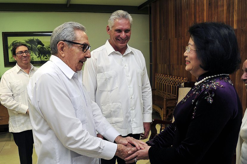 The leader of the Communist Party of Cuba, Raúl Castro (2-l), and Cuban President Miguel Díaz-Canel (c) greet Vietnamese Vice President Dang Thi Ngoc Thinh during a meeting in Havana on Tuesday July 9, 2019. Photo: Estudios Revolución.