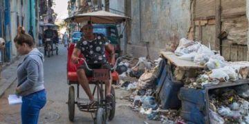 Garbage in the streets of Havana. Photo: Otmaro Rodríguez.