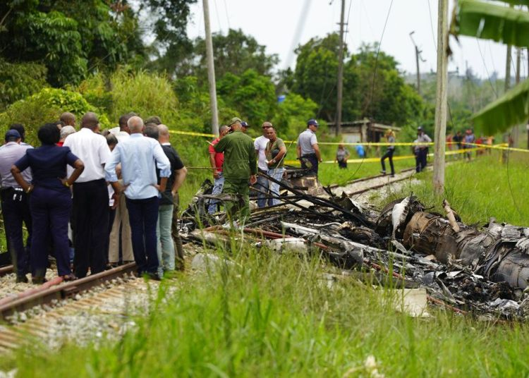 Rescue workers and Cuban authorities where the Boeing 737 of the Mexican airline Global Air fell in Havana. Photo: Ramón Espinosa / AP / Archive.